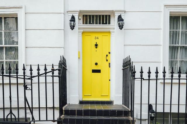 En lejebolig med gul dør